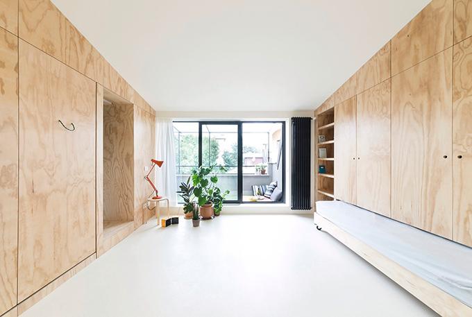 Căn hộ nhỏưu tiên không gian cho khu vực sinh hoạt chung. Nơi nàyđược thiết kế tối giản và gọn gàng, nhìn được ra ban công phía ban ngoài.