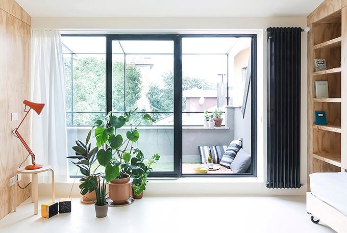 Cửa kính nhìn ra ban công cũng là yếu tố giúp căn hộ trở nên thoáng, rộng hơn.