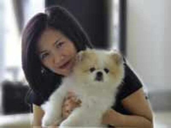 Yvonne Chow Hau Yee và con chó Pomer