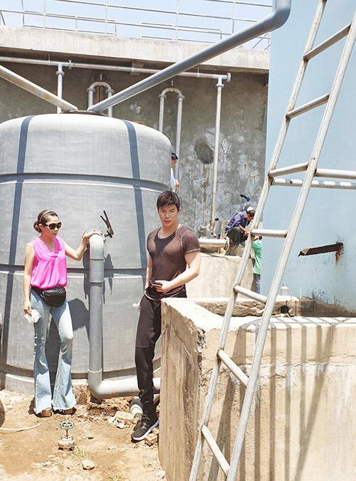 [CaptionHiện tại, người dân miền Tây đang hứng chịu cảnh hạn hán và nước nhiễm mặn. Họ phải mua nước ngọt với giá 350.000d/m3 để uống và tưới cho vườn cây đang chết khô và đổ rạp. Bến Tre là nơi chịu ảnh hưởng mặn nhất ĐBSCL, vì ở cuối nguồn sông Mekong.