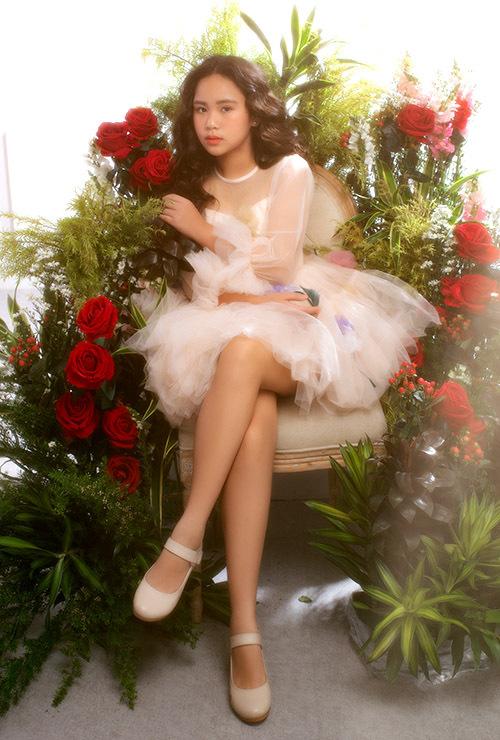 [CaptionNgoài làm mẫu nhí, Bella Vũ còn có tài năng ca hát, chơi đàn piano và từng phát hành một số MV. Bé từng đoạt huy chương bạc piano tại Liên hoan âm nhạc châu Á ở Singapore năm 2015 và đã trải nghiệm du học hè tại Học viện piano Adam Gyorgy ở Hungary.