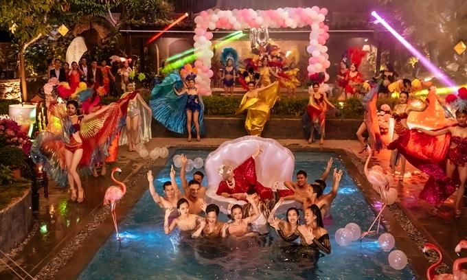 Dàn diễn viên mặc đồ của các nhà mốt tên tuổi nhảy xuống hồ bơi.