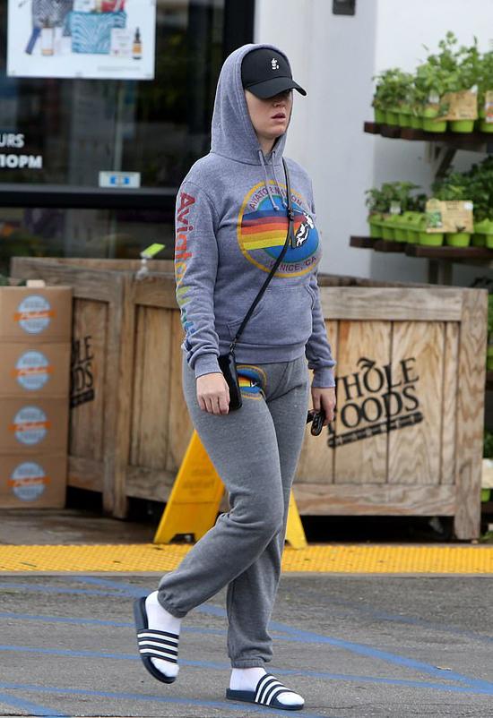 Katy Perry mặc kín ra phố hôm thứ tư. Ảnh: Backgrid.
