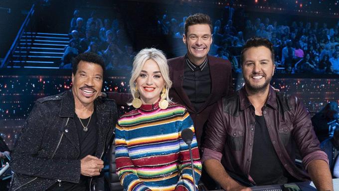 Bộ ba giám khảo Lionel Richie,  Katy Perry và Luke Bryan cùng MC của chương trình American Idol 2020.