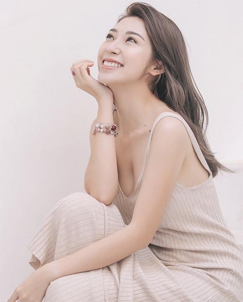 Đầm hai dây thiết kế trên chất liệu len thun như Khổng Tú Quỳnh vừa tôn nét gợi cảm vừa mang lại sự thoái mải cho cơ thể.