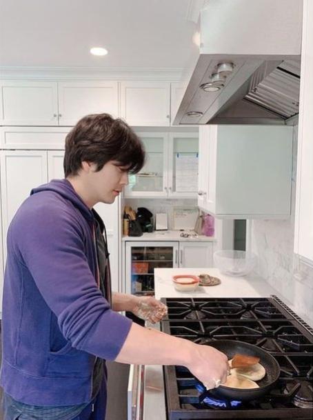 Kwon Sang Woo vào bếp.