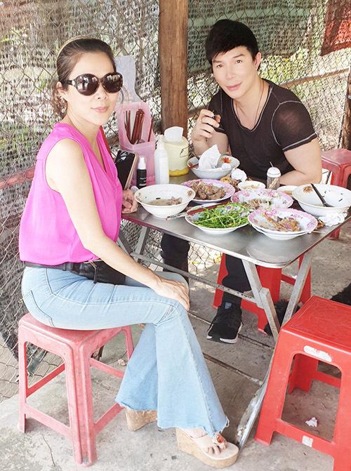 Hai ca sĩ nghỉ ngơi, ăn trưa ở một quán bình dân tại Bến Tre trước khi về lại Sài Gòn.