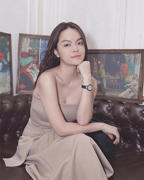 Màu trung tính là một trong những xu hướng được yêu thích ở mùa thời trang 2019/2020. Mẫu đầm của Phạm Quỳnh Anh phù hợp với các bạn gái có làn da sáng và yêu tông màu nhã nhặn.