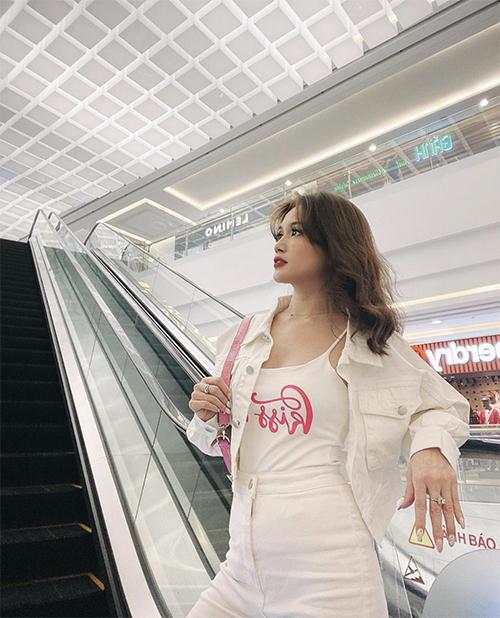 Phong cách street style của Sĩ Thanh dành riêng cho các bạn gái yêu sự năng động, trẻ trung với set đồ gồm áo hai dây, jacket đồng điệu với quần jeans trắng.