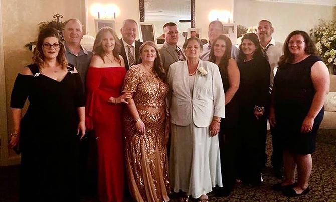 Bà Grace Fusco (váy trắng) và 11 người con trong một bức ảnh gia đình. Ảnh: NYT.