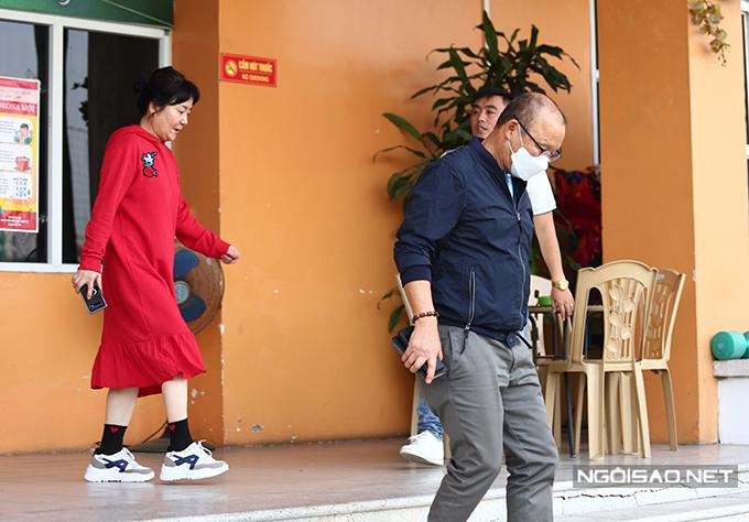 Vợ chồng HLV Park tại trụ sở VFF hôm 24/2. Ảnh: Đương Phạm.