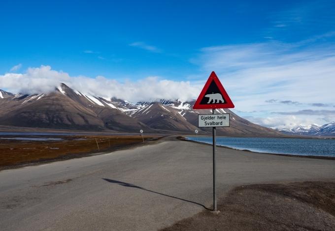 Biển cảnh báo có gấu bắc cực đặt ở cuối thị trấn Longyearbyen. Ảnh Shutterstock
