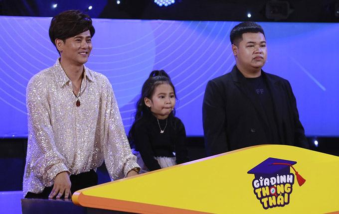 Ca sĩ Ưng Đại Vệ (ngoài cùng bên trái) và con gái (giữa) hào hứng với các câu hỏi đo độ gắn kết của hai bố con.