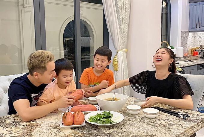 Một bữa ăn sum họp, rộn tiếng nói cười cũng khiến Thủy Anh thấy ấm lòng.
