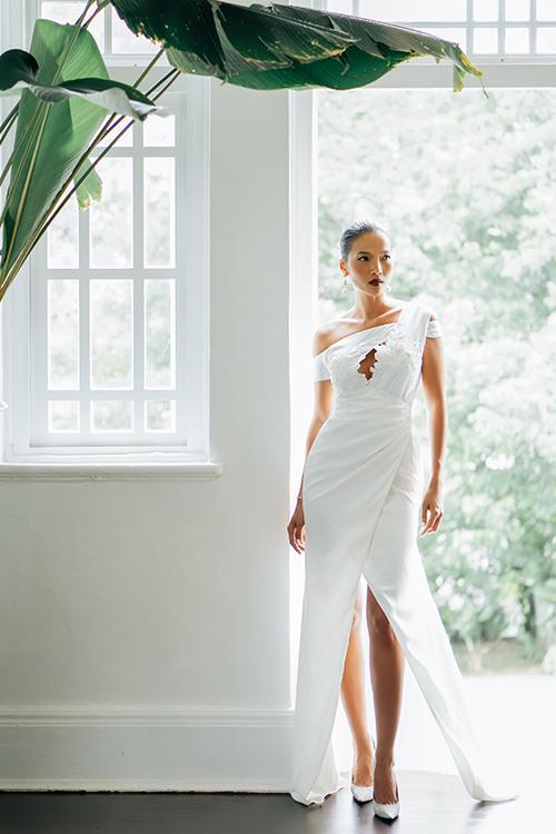 Váy Farah có vạt lệch, phối tay ren. Mẫu váy bất đối xứng nơi thân trên giúp vẻ ngoài của cô dâu thêm cá tính, ấn tượng.