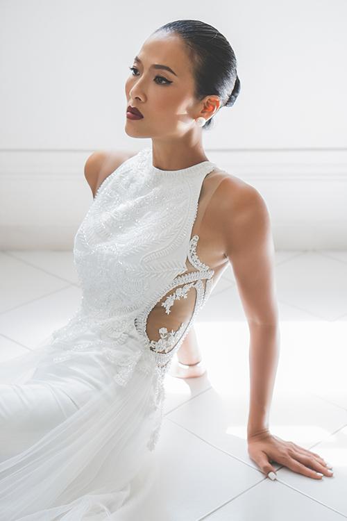 Váy Hypatia có dáng A, cổ yếm được đính đá, có tùng lưới xoè nhẹ.