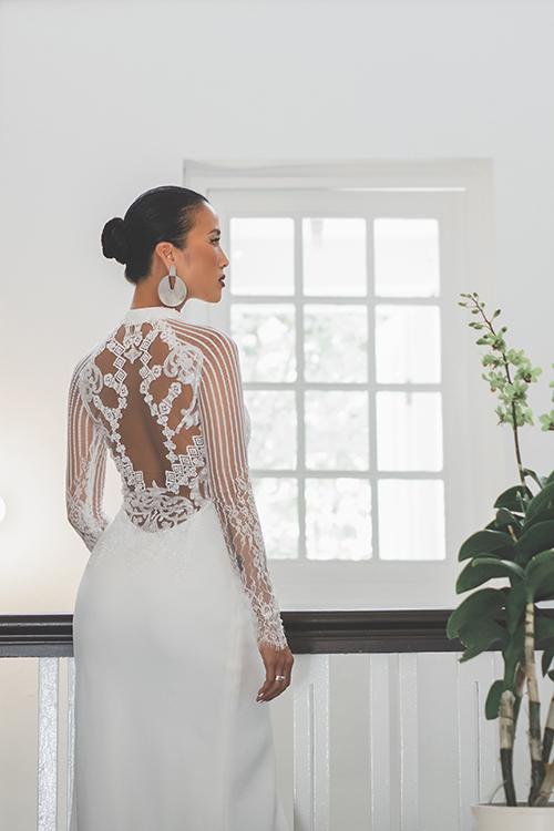 Trương Thanh Hải muốn đem đến nhiều sự lựa chọn mới lạ cho cô dâu về trang phục ngày cưới. Bộ sưu tập được cộng hưởng từ vẻ đẹp cổ điển và tinh thần thời trang đương đại. Đây là lúc các cô gái theo đuổi phong cách hiện đại. Hình ảnh cô dâu ngày nay không gắn nhiều vớinhững váy cưới cầu kỳ, lộng lẫy. Thay vào đó là hình ảnh các cô dâu bước đi với sựtự tin, phóng khoáng. Điều đó được thể hiện rõ nétqua sự lựa chọn những chiếc váy tôn triệt để đường cong cơ thể, anh chia sẻ. Váy cưới Oralie được sáng tạo từ phom dáng áo dài truyền thống, đắp vạt lệch, phối tay lưới ren.