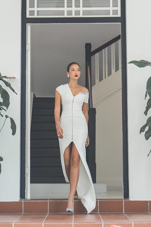Thiết kế xẻ tà giúp cô dâu khoe khéo lợi thế đôi chân thon dài.