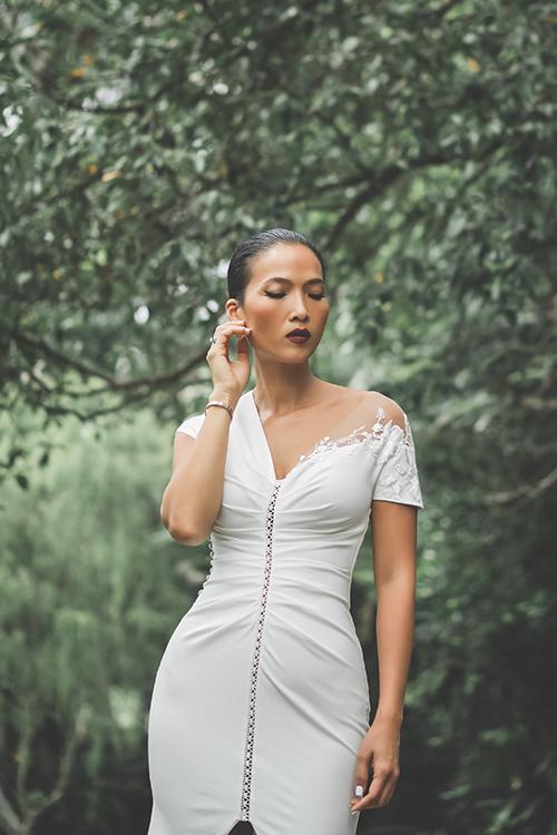 Từng đường may đều được NTK và cộng sự tính toán kỹ lưỡng sao cho váy có phom dáng hoàn mỹ, vừa vặn với cô dâu.