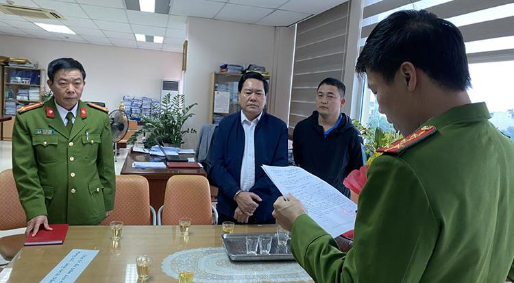Nghi can Trần Ngọc Đính (thứ hai từ trái sang) bị tạm giữ hôm 19/3. Ảnh: Lam Sơn.