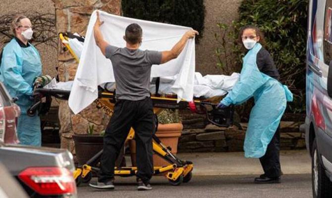 Các nhân viên y tế đưa một bệnh nhân Covid-19 đến bệnh viện ở hạt King, bang Washington, Mỹ. Ảnh: Reuters.