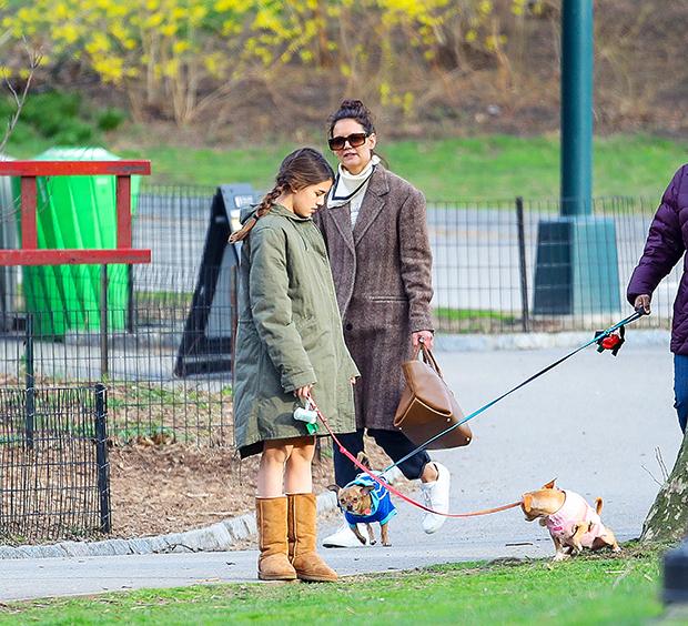 Nhiều người Mỹ chấp hành việc cách ly tại nhà để tránh lây lan dịch trong khi nhiều người khác lựa chọn ra ngoài hít thở không khí, đưa thú cưng đi dạo như Katie Holmes và con gái 13 tuổi.