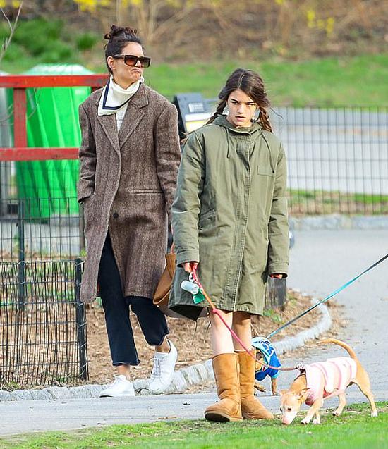 Vào cuối mùa xuân, khí hậu ở New York vẫn rất lạnh. Suri và mẹ giữ ấm với áo khoác dầy.