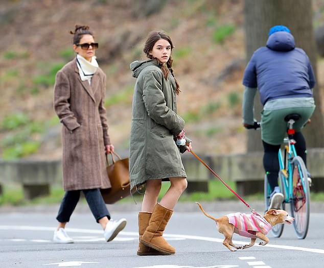Hai mẹ con tản bộ trong công viên Trung tâm ở New York vào chiều thứ 5 (19/3).