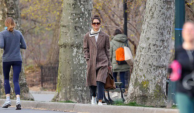 Katie và Suri hiện sống ở New York trong khi chồng cũ của cô là Tom Cruise định cư ở Los Angeles. Tom Cruise hiện cũng không ở nhà mà đang quay phim Nhiệm vụ bất khả thi 7 ở Anh.