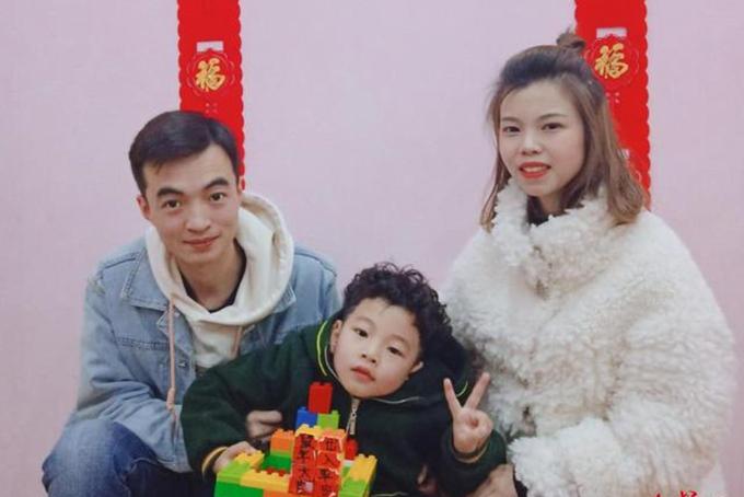Y tá Zhao Yingming cùng chồng và con trai. Ảnh: Poeple.
