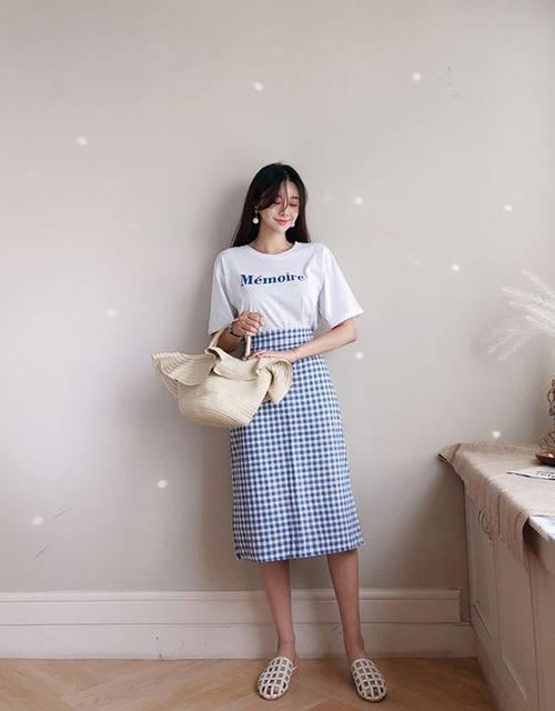 Set đồ mùa hè dành cho các nàng mê chân váy bút chì với cách mix đồ hoạ tiết với áo thun kiểu dáng đơn giản, giày rọvà túi cói.