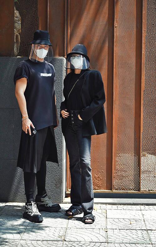Lý Quí Khánh (trái), Hồ Ngọc Hà (phải) ăn mặc đồng điệu với set trang phục đen, mũ bảo hộ khi đi làm từ thiện ủng hộ đồng bào miền Tây.