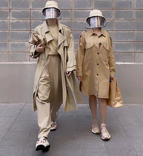 Keilbin Lei (trái) là người sớm cập nhật mốt mũ phối plastic, anh còn kỹ lưỡng trong việc chọn từng kiểu mũ có màu sắc đồng điệu cùng trang phục.