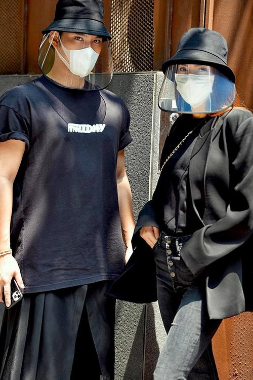 Cùng với jumpsuit kháng khuẩn, mũ rộng vành trang trí phần lưỡi trai nhựa trong cũng là sản phẩm cháy hàng ở mùa hè năm nay.