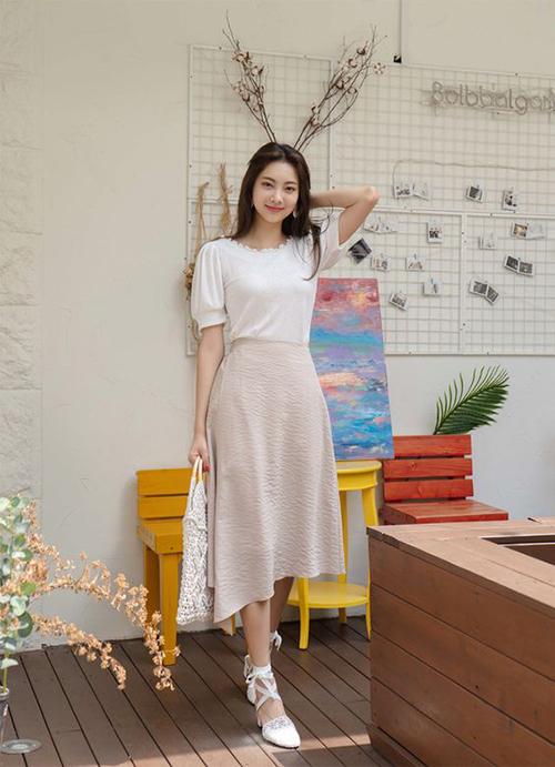 Thay vì váy xoè lấy cảm hứng từ phong cách cổ điển, chân váy midi mùa mới có nhiều style lạ mắt hơn. Đơn cử như các kiểu váy vạt xéo, váy xếp nếp...