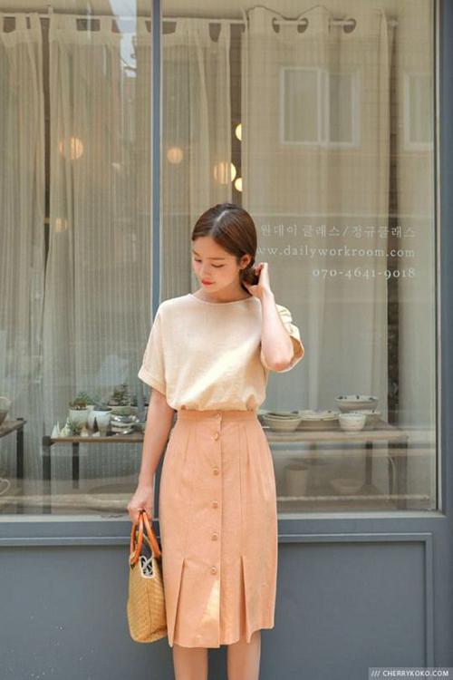 Chân váy bút chì cũng được nhiều thương hiệu may mặc chăm chút về kiểu dáng mới. Thay vì kiểu ôm sát vòng 3 như trước đây là các dáng váy suông mang tính ứng dụng cao.