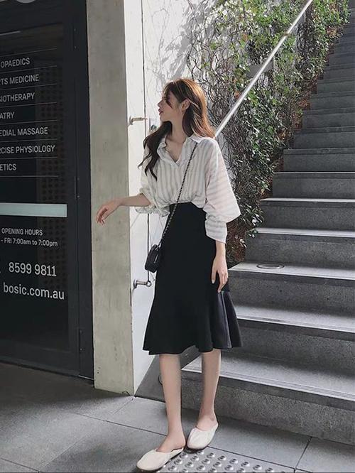 Sơ mi và chân váy là công thức phối đồ quen thuộc của phái đẹp. Nó luôn được áp dụng bởi tính tiện lợi và không gây khó khăn cho người mặc trong việc phối đồ.