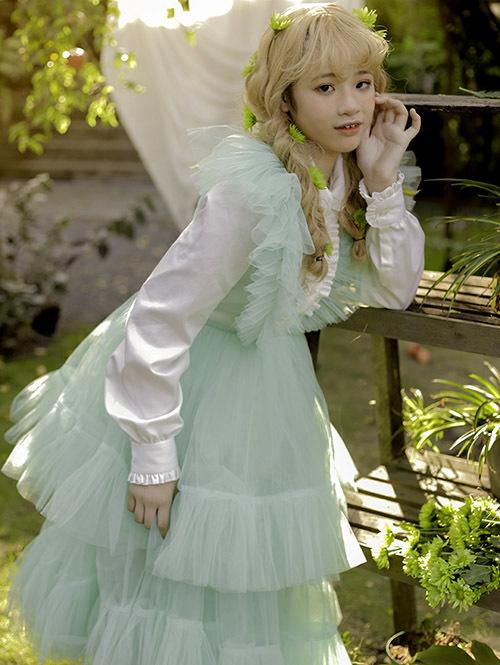 Cô bé điệu đà làm duyên với váyxanh ngọcxếp tầng.
