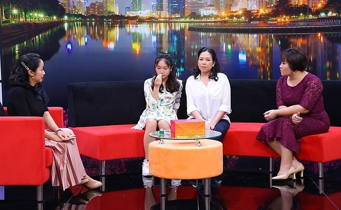 MC Ốc Thanh Vân (ngoài cùng bên trái) và tiến sĩ tâm lý Tô Nhi A (ngoài cùng bên phải) đưa ra nhiều lời khuyên giúp mẹ con chị Kim Yến có thể thấu hiểu và chia sẻ với nhau nhiều hơn.