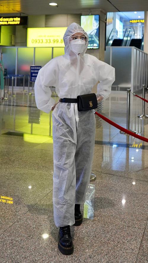 Diện nguyên bộ jumpsuit phòng dịch đi kèm kính bảo hộ nhưng Chi Pu vẫn không quên lăng xê mẫu túi đeo hông của Burberry.