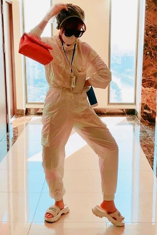 Trong thời gian dịch Covid-19 diễn biến phức tạp, Hari Won vẫn phải đi làm, vì thế cô tự bảo vệ mình bằng cách trang bị trang phục bảo hộ kín mít.