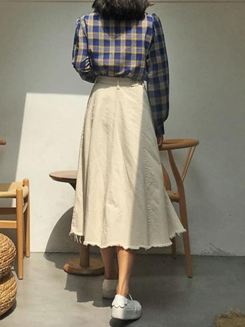 Cách sử dụng các loại chất liệu như linen, bố, kaki cũng khiến các kiểu chân váy midi trở nên cuốn hút hơn. Trang phục này có thể mix cùng sơ mi, áo thun và các kiểu áo sát nách để mix đồ dạo phố.