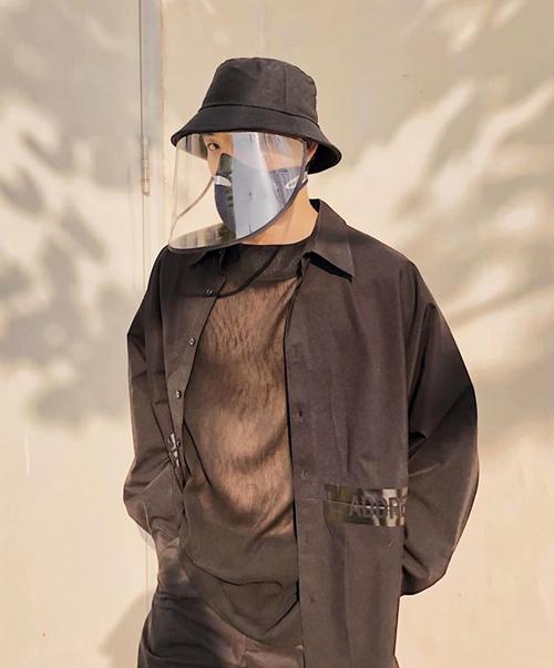 Thanh Duy được khen ngầu hơn khi sử dụng mũ phòng dịch cùng khẩu trang và set đồ ton-sur-ton.