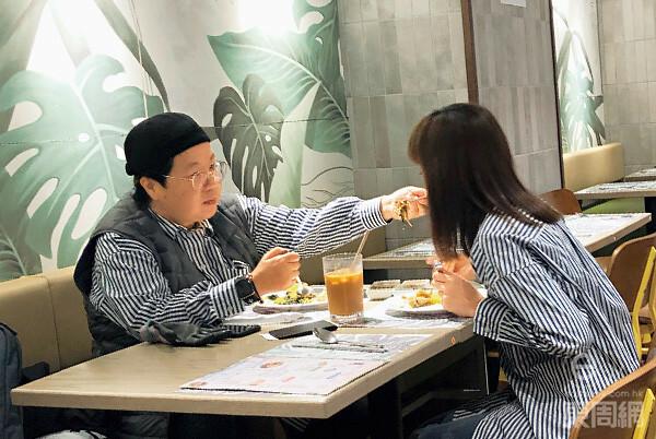 Tằng Khiết đút cho bạn gái ăn.