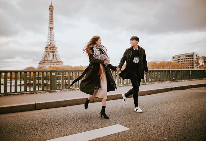 Văn Dũng và bạn gái chụp ảnh kỷ niệm 8 năm yêu nhau tại Paris. Ảnh: Vóc Đỗ.