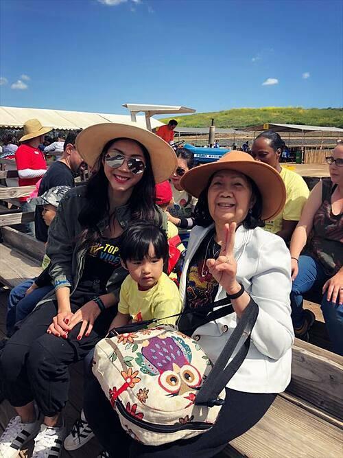 Ngọc Quyên và mẹ đưa con trai đi chơi trong dịp Tết nguyên đán vừa qua.