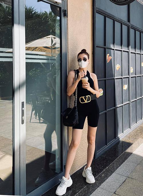 Đầu mùa hè 2020, Trà Ngọc Hằng chuộng trang phục khoẻ khoắn và theo hai tông màu trắng đen đơn giản.