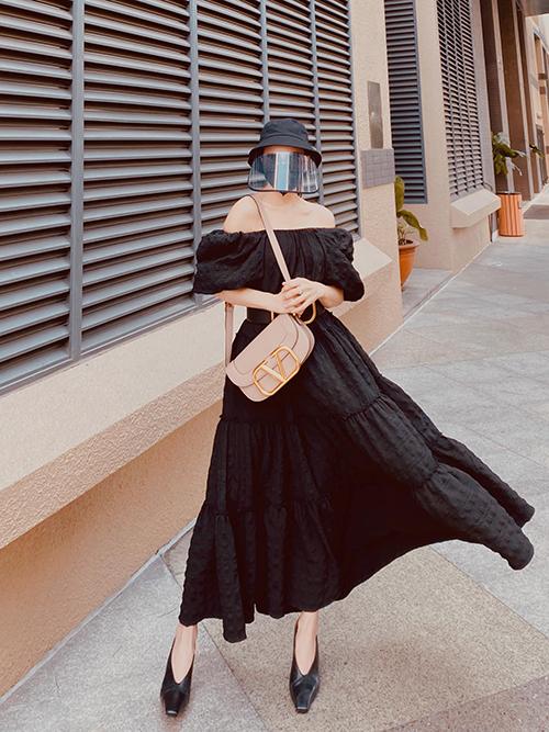 Vốn là người mê thời trang và thích chụp ảnh street style, nhưng Trà Ngọc Hằng vẫn nâng cao ý thức tự bảo vệ sức khoẻ cá nhân và người thân giữa dịch Covid-19. Chính vì thế, cùng với váy áo hợp mốt, khẩu trang và mũ bảo hộ là thứ không thể thiếu.