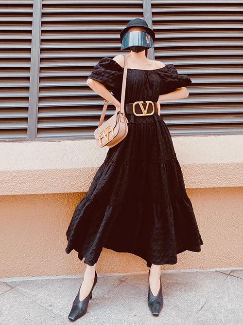 Diện nguyên set đồ đen, Trà Ngọc Hằng chọn túi Valentino làm điểm nhấn cho tổng thể. Bên cạnh đó, mẫu giày mũi vuông hot trend cũng được cô nhiệt tình lăng xê.