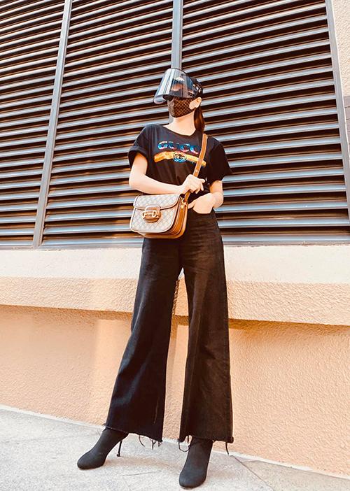 Ngoài mẫu mũ bảo hộ được loạt sao Việt lăng xê, Trà Ngọc Hằng còn chọn thêm kiểu mũ lưỡi trai để dễ phối đồ street style.